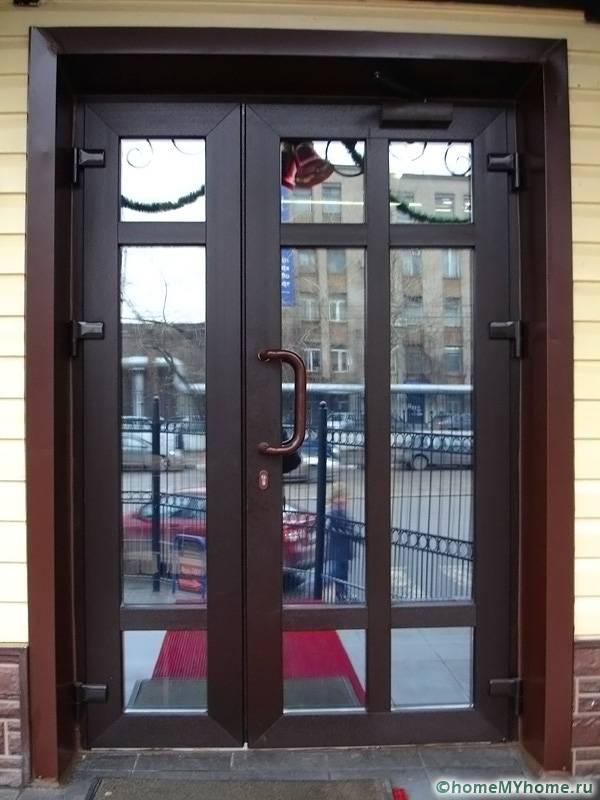 Пластмасова врата със стъклен пълнеж