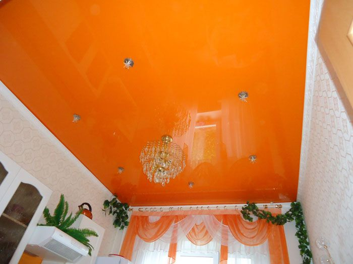 Дори любителите на ярките цветове могат да се уморят под сочното небе в залата. Следователно цветът е подбран особено внимателно.