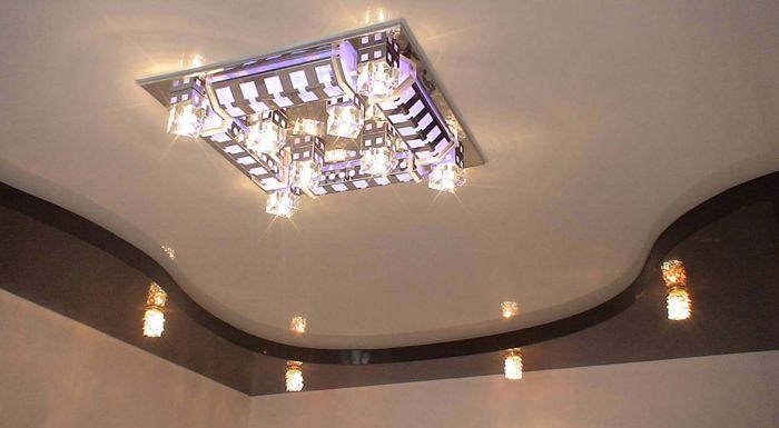 На снимката е полилей за опънати тавани за залата
