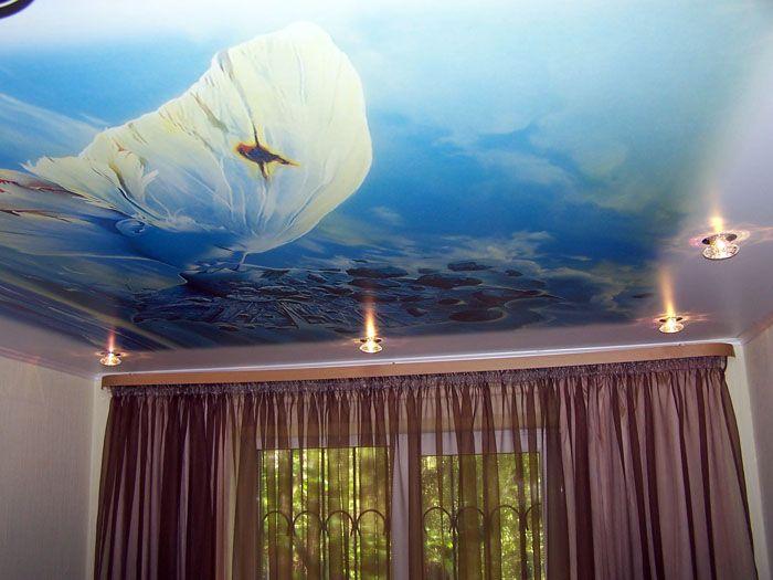 Печатни опънати тавани за залата. Колкото повече гледате снимката, толкова по-силно е желанието да вдигнете глава и да видите същото чудо на собствения си таван