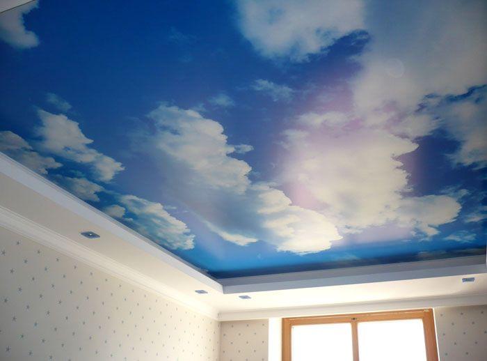 Мнозина обичаха гледката към небето отгоре. Ако изберете подходящ интериор за такова покритие, тогава защо не?