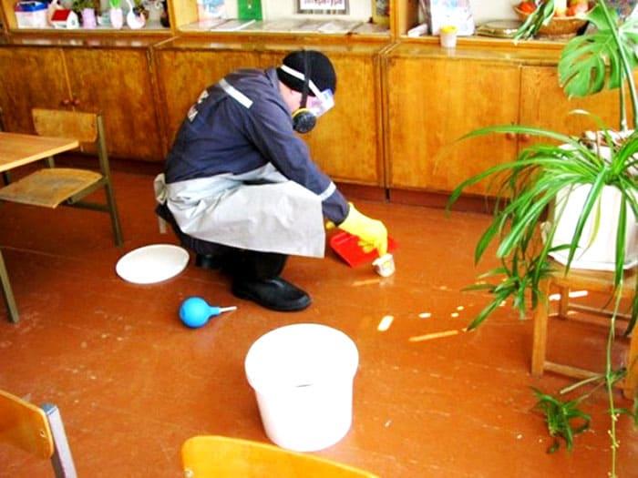 Всички химични съединения за унищожаване на живака трябва да се разреждат в пластмасова кофа