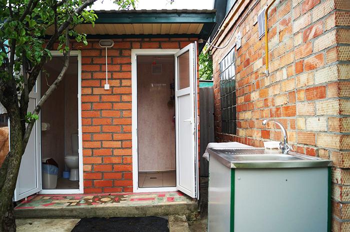 Модерна тоалетна и душ две в едно с осветление