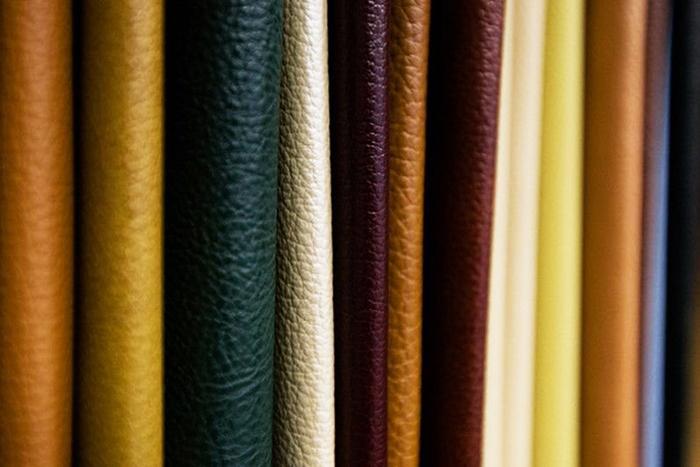 Естествената кожа, използвана като тапицерия за мебели, превъзхожда повечето технически и естествени материали по технически и естетически параметри, но изисква по-внимателни и специфични грижи