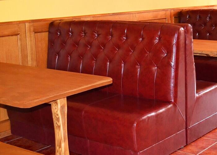 Устойчива и лесна за поддръжка тапицерия за мека мебел в кафене, ще улесни почистването и ще спести пари за изтегляне