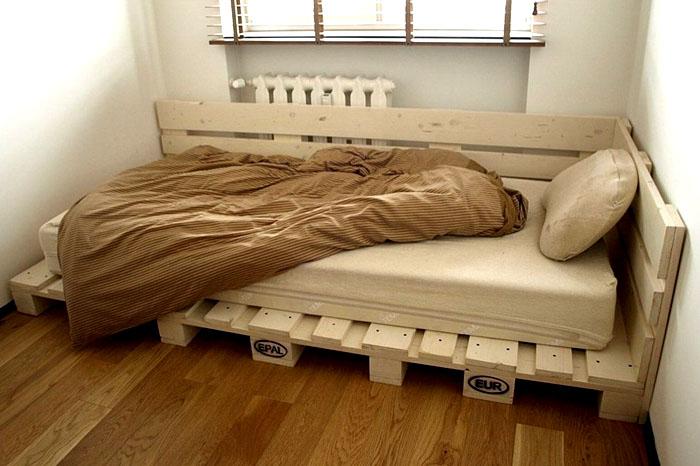 Łóżko paletowe DIY: krok po kroku, zdjęcie