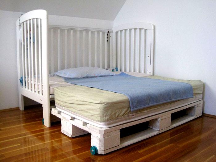 Łóżko dziecięce z wysuwaną platformą z palet