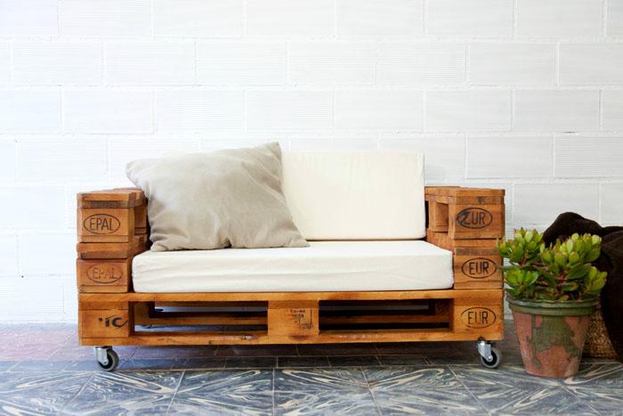 Mała sofa nadaje się do wypoczynku dla dzieci. Jest łatwy w przenoszeniu dzięki kółkom