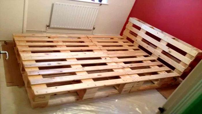 Rama łóżka dwuosobowego z palet może zająć niemal całą powierzchnię sypialni, bo z tego pomieszczenia oprócz odpoczynku nic więcej nie jest wymagane