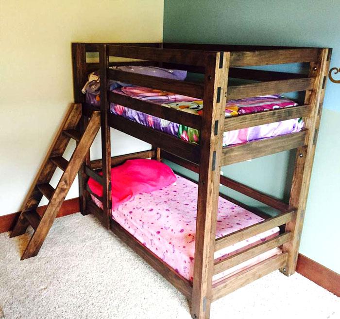 Właz do łóżka można wykonać osobno. Dozwolone jest zamocowanie go między dolnym i górnym leżakiem lub po prostu oparcie się na podłodze