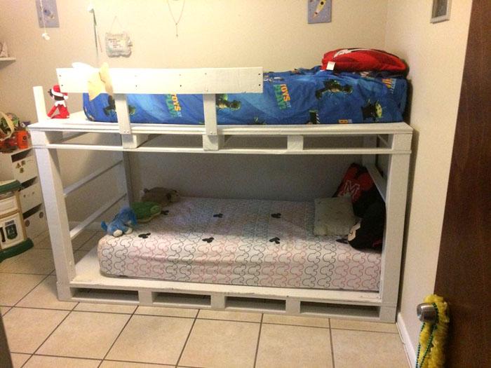 Szeroki bok łóżka pełni funkcję drabiny