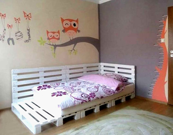 Model łóżeczka dziecięcego z wąskich i szerokich malowanych palet