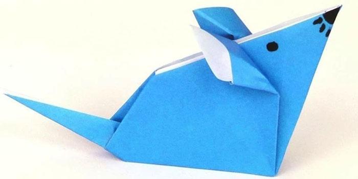 Животните от оригами могат да бъдат направени от цветна хартия, като нарисувате муцуната си с фломастери